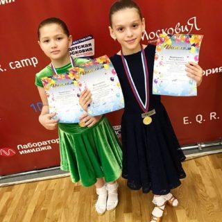дети с медалями и грамотами